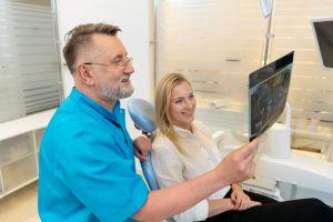 Dr Siemieniuta omawia zdjęcie z pacjentką